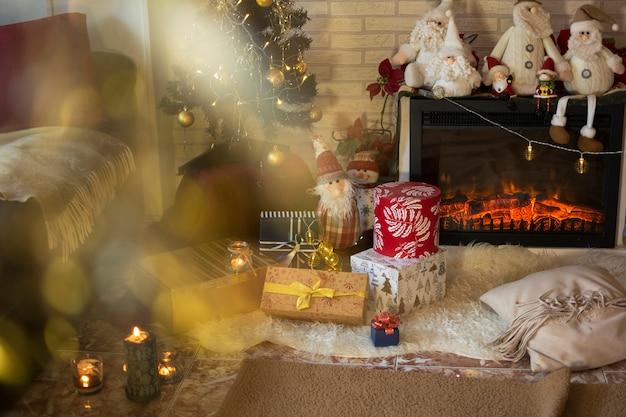 Sala de estar da casa com enfeites de natal e presentes debaixo da árvore de natal. Foto Premium