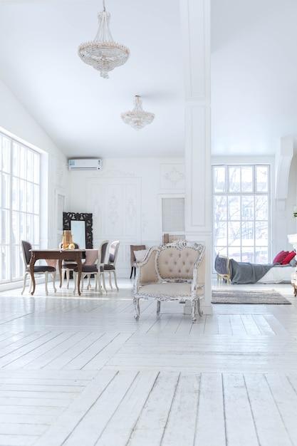 Sala de estar espaçosa e bem iluminada com design clássico elegante, decoração antiga e móveis elegantes e bonitos no estilo antigo Foto Premium