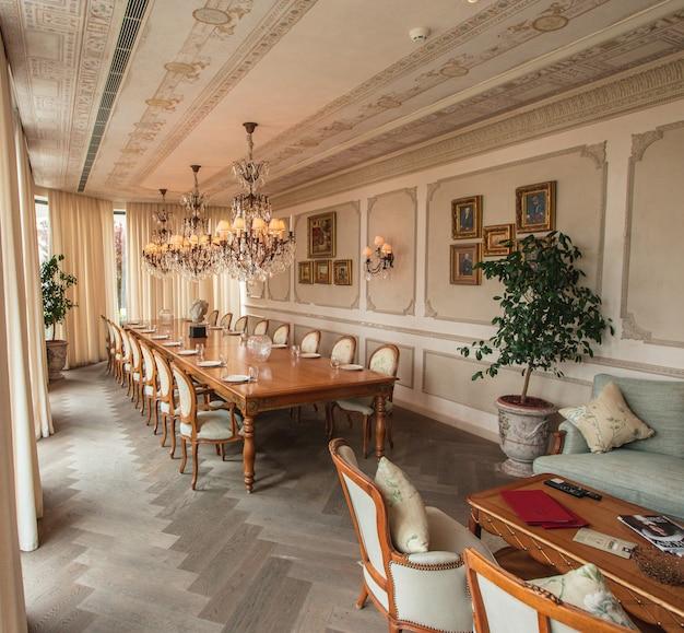 Sala de jantar real com móveis de madeira e lustres Foto gratuita