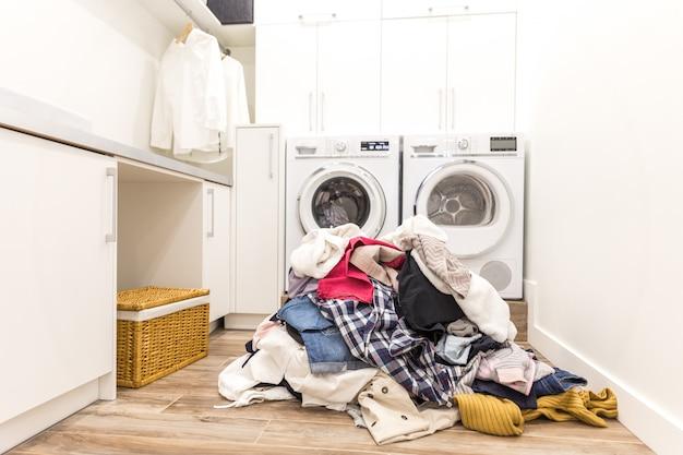 Sala de laudry com uma pilha de roupas sujas Foto Premium
