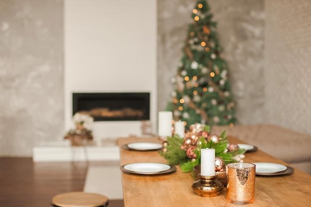 Sala de natal decoração e cópia espaço. sala rústica com uma mesa posta para o natal. Foto Premium