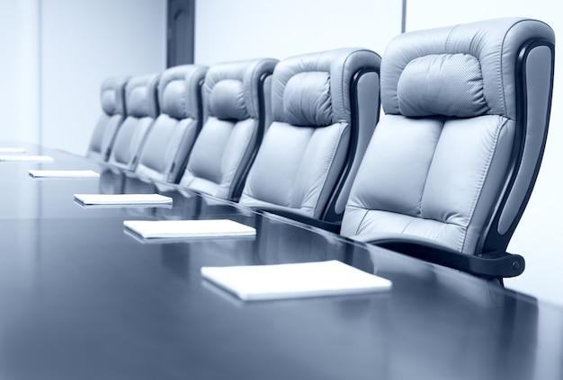 Sala de reuniões de negócios com assentos elegantes Foto Premium