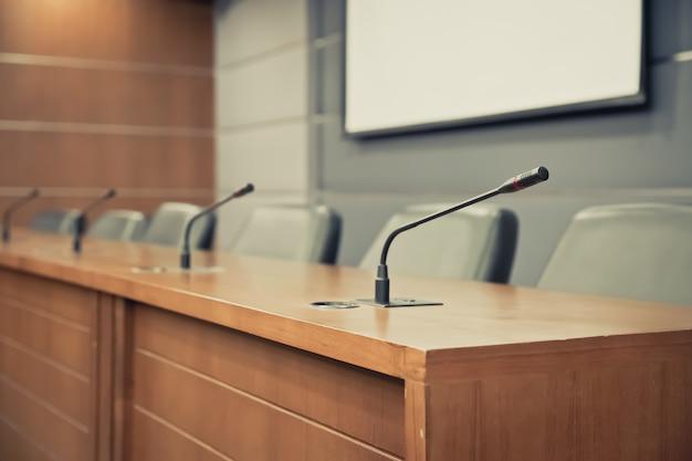 Sala de reuniões e microfone profissional para reuniões. Foto Premium