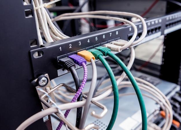 Sala de servidores com computadores para internet. cabos de rede conectados aos comutadores. Foto Premium