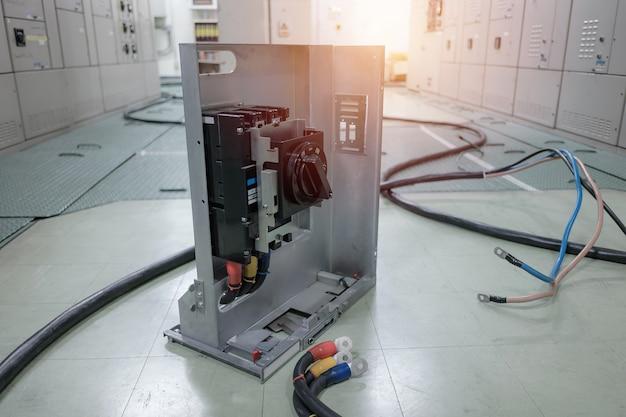 Sala de subestação elétrica na indústria petroquímica ou refinaria de petróleo e gás e usinas, painel de distribuição ou copo com fio conectar conceito Foto Premium