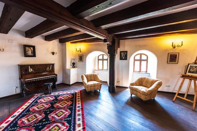Sala interior do castelo de bran em brasov Foto Premium