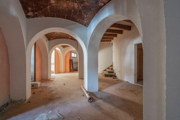 Sala vazia com tectos abobadados Foto Premium