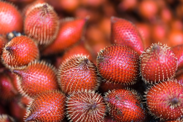 Salacca wallichiana é fruta da ásia no mercado de frutas Foto Premium