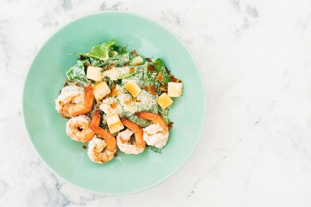 Salada caesar com camarão ou camarão Foto gratuita