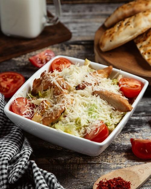 Salada caesar com frango grelhado Foto gratuita