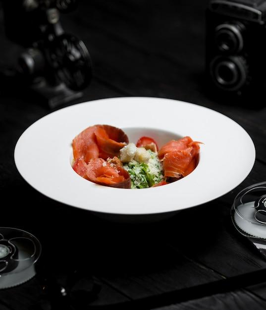 Salada caesar com salmão defumado e bolachas salgadas Foto gratuita