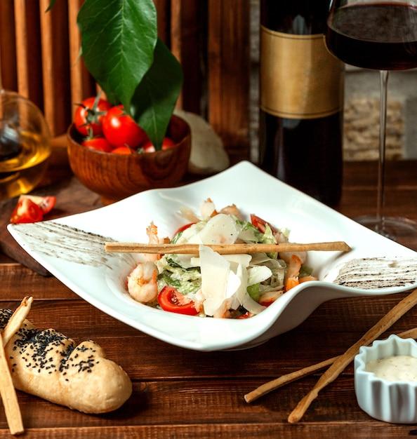 Salada caesar de camarão e palitos crocantes Foto gratuita