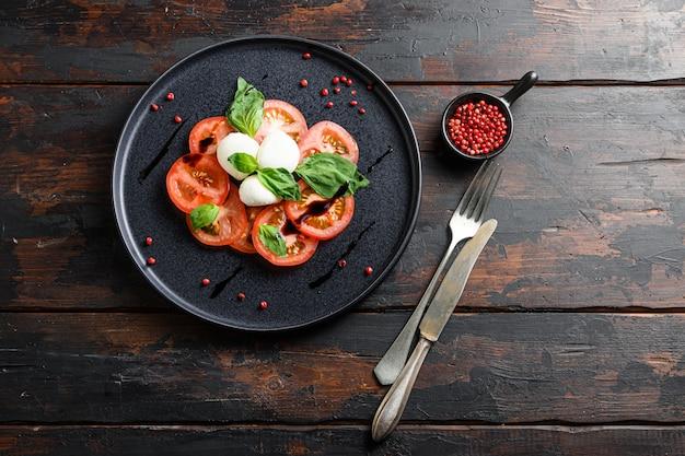 Salada caprese com tomate cereja e pimenta Foto Premium