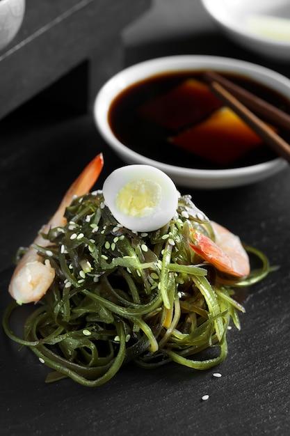 Salada chinesa deliciosa de algas frescas Foto Premium