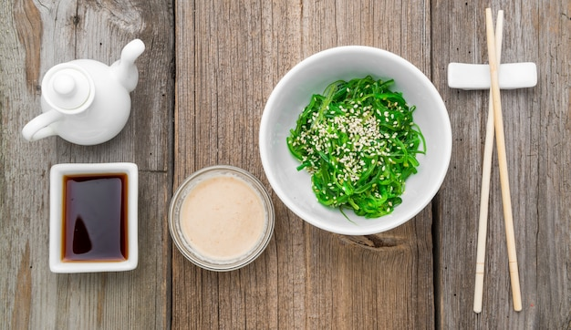 Salada chuka e close-up de gengibre em conserva em cima da mesa. Foto Premium