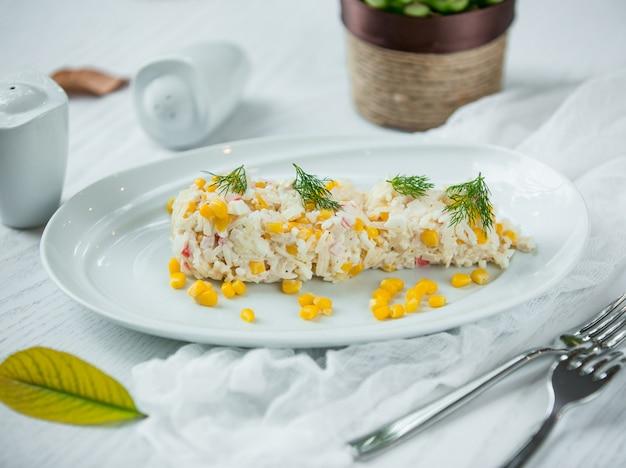 Salada com arroz e milho Foto gratuita