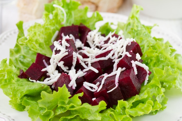 Salada com beterraba no prato Foto Premium