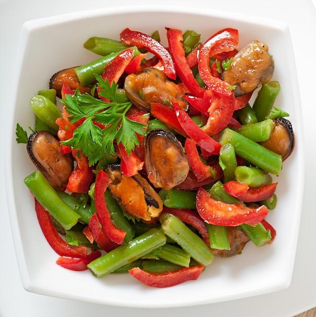 Salada com mexilhões, feijão verde e páprica Foto Premium
