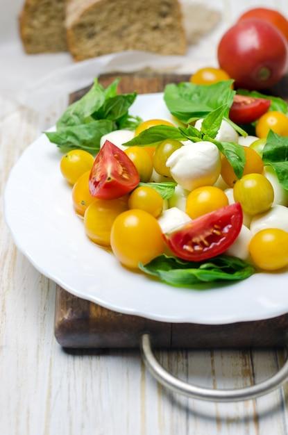 Salada com mussarela fresca, tomate e manjericão. Foto Premium