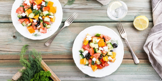 Salada com queijo de cabra macio Foto Premium