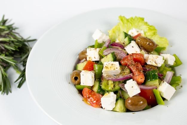 Salada com queijo feta, azeitonas e vegetais frescos Foto gratuita