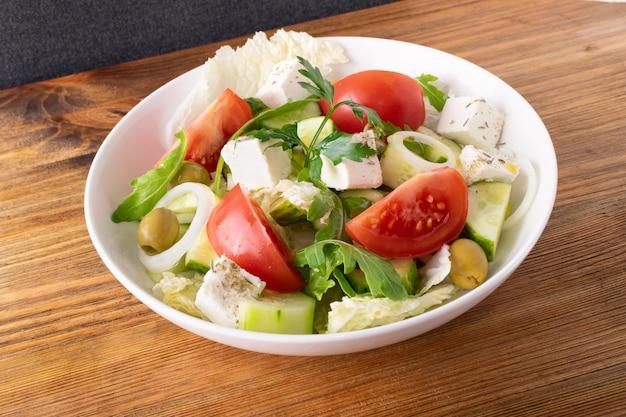 Salada com queijo feta e legumes Foto Premium
