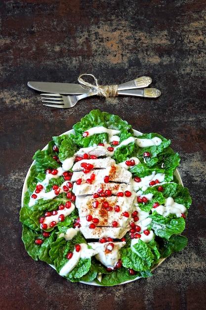 Salada com romã e peru. Foto Premium