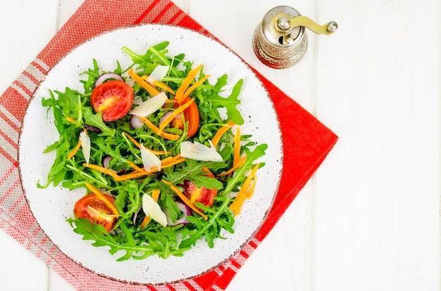 Salada com rúcula, tomate e cenoura Foto Premium