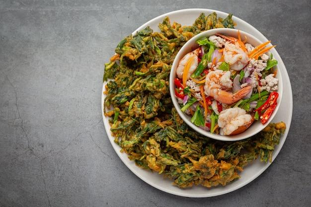 Salada crocante de ipomeia com camarão, camarão fresco picante e comida tailandesa. Foto gratuita