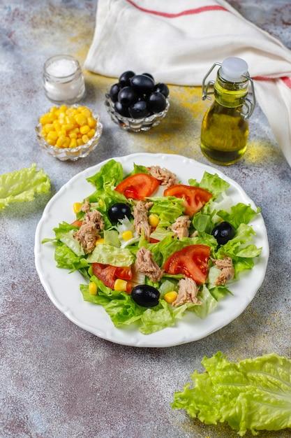 Salada de atum com alface, azeitonas, milho, tomate, vista superior Foto gratuita