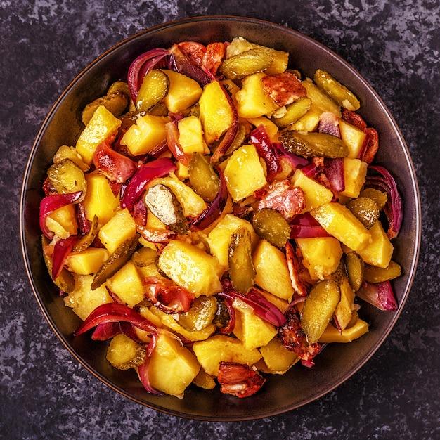 Salada de batata caseira com bacon e picles. Foto Premium