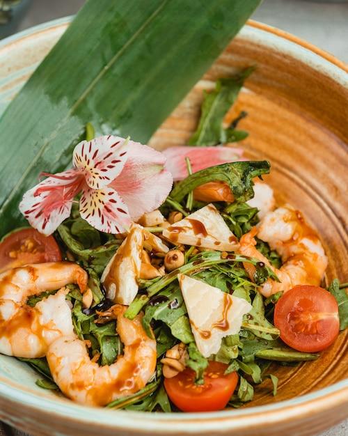 Salada de camarão com espinafre, alface, tomate cereja, parmesão Foto gratuita