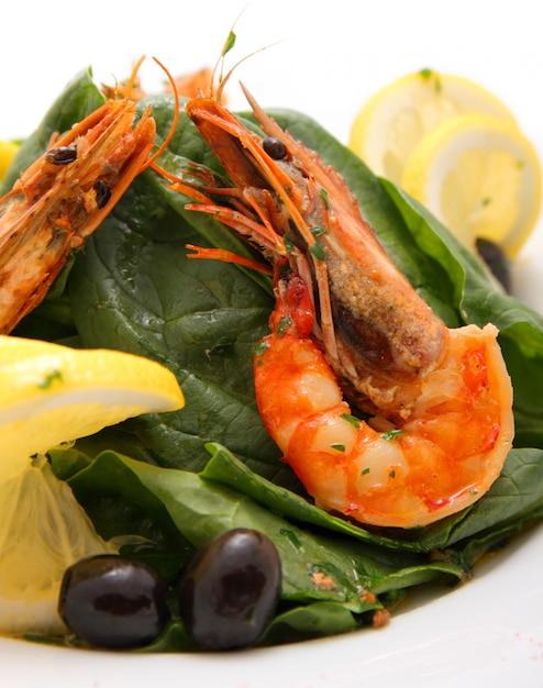 Salada de camarão com espinafre e limão Foto Premium