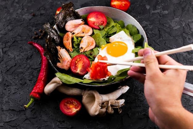 Salada de camarão e legumes vista superior Foto gratuita
