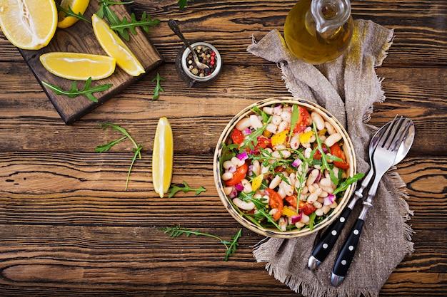 Salada de cannellini de feijão branco. salada vegana. menu de dieta. postura plana. vista do topo. Foto Premium