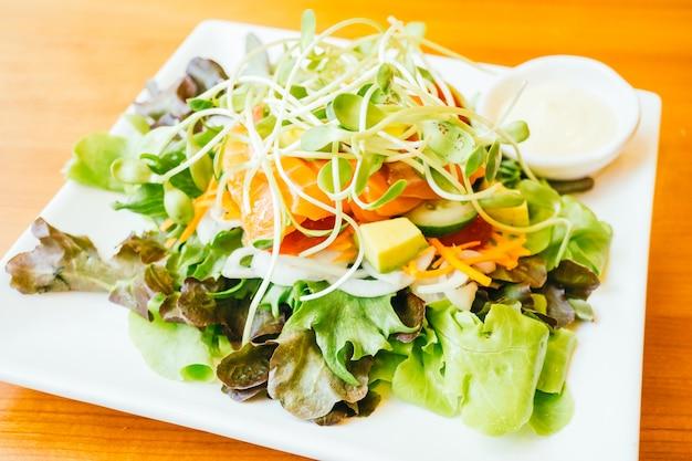 Salada de carne de salmão defumado Foto gratuita