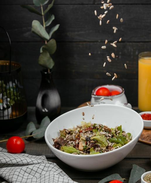 Salada de carne e ervas coberta com sementes de girassol Foto gratuita