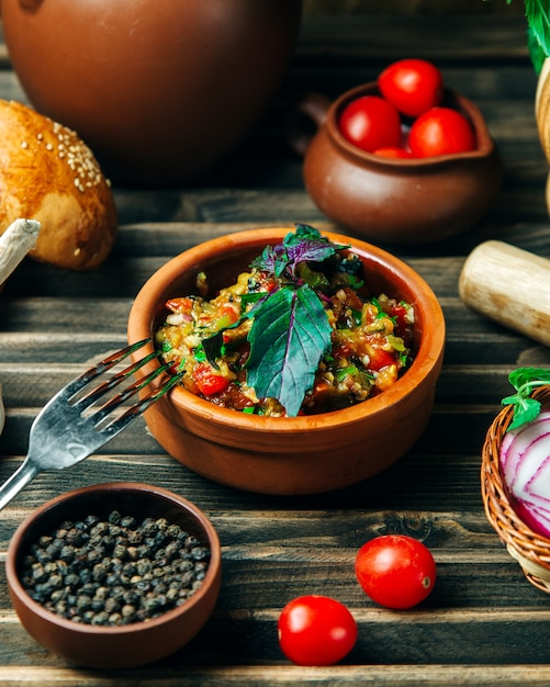 Salada de caviar de berinjela coberta com ervas Foto gratuita