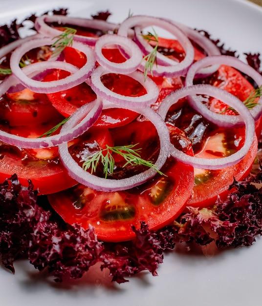 Salada de cebola vista frontal com folhas de repolho Foto gratuita