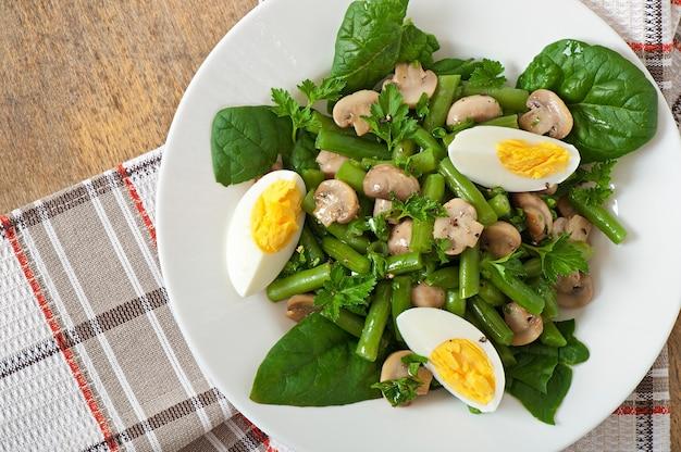 Salada de cogumelos com feijão verde e ovos Foto gratuita