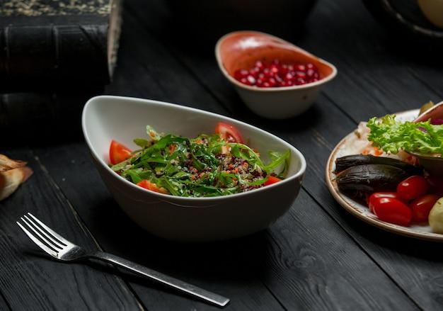 Salada de ervas sazonal com legumes misturados Foto gratuita