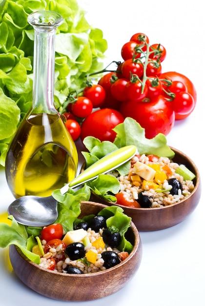 Salada de espelta em fundo branco Foto Premium