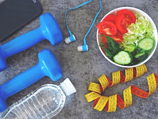 Salada de fitness, halteres e fita métrica Foto Premium