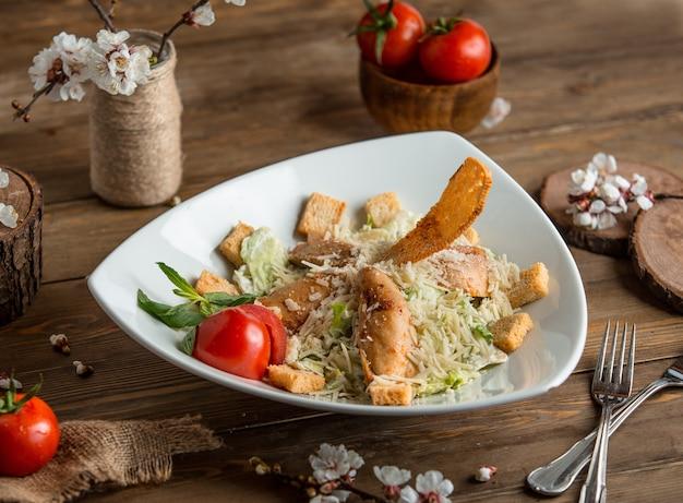 Salada de frango caesar em cima da mesa Foto gratuita