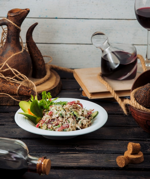 Salada de frango com legumes frescos em maionese Foto gratuita