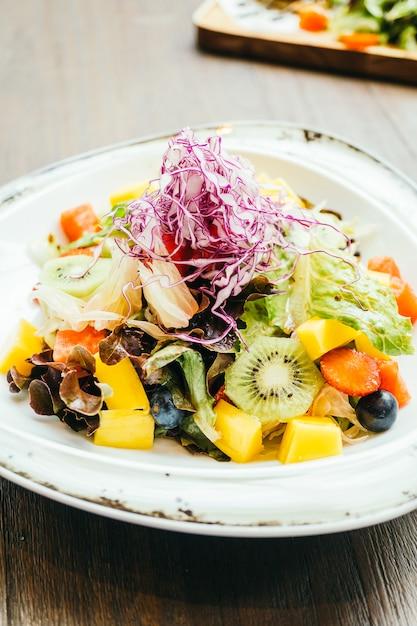 Salada de frutas com vegetais no prato Foto gratuita