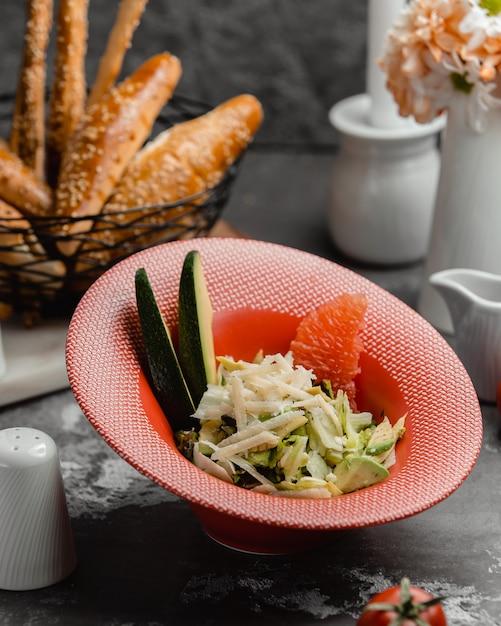 Salada de frutas e legumes em cima da mesa Foto gratuita