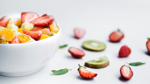 Salada de frutas frescas fatiadas na mesa Foto gratuita
