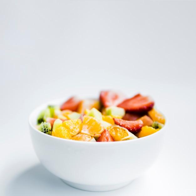 Salada de frutas na tigela Foto gratuita
