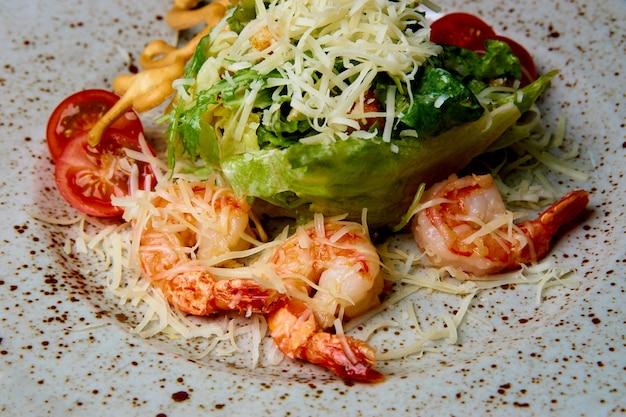 Salada de frutos do mar em um prato com gotas de molho. Foto Premium